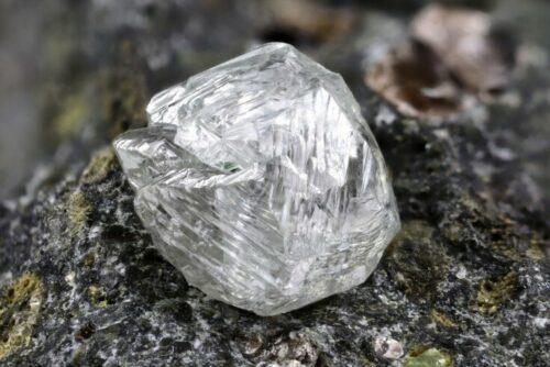 Rohdiamant vergrößert fotografiert