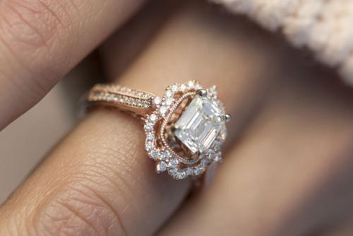 Antiker Diamantring mit zentralem Diamant im Smaragd Schliff